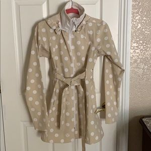 ☔️ Lululemon Beige & whole polka dot rain jacket